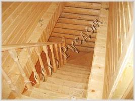 Фотография типовой деревянной лестницы в бане с мансардным этажем