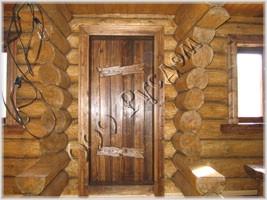 Декоративная забривка <i>свадьбу</i> перерубов внутри сруба. Дверь на улицу, сделана в старорусском стиле