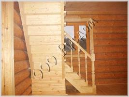 Фотография деревянной лестницы в рубленом доме