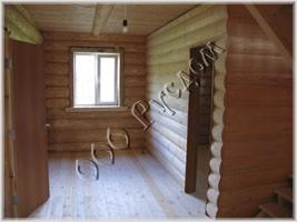 Фотография каркасной стены обшитой блогхаусом в деревянном доме