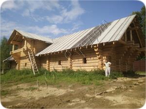 Сруб бревенчатого дома, рубленного в чашу