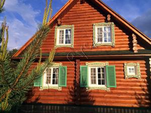 Частный деревянный полутороэтажный дом для круглогодичного проживания - вид сзади